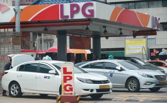 تعارض منافع وزارت نفت دلیل اصلی عدم گسترش LPG در خودرو ها ، درآمد 12 هزار میلیارد تومانی برای دولت با توسعه صنعت اتوگاز