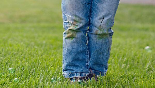 4 روش کاربردی برای از بین بردن لکه چمن از روی لباس
